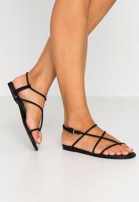Monki - JANA  - Sandály s odděleným palcem - black - 0