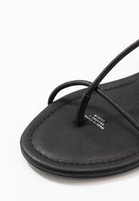Monki - JANA  - Sandály s odděleným palcem - black - 2