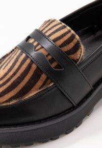 Monki - LUCY LOAFER - Nazouvací boty - black/brown - 2
