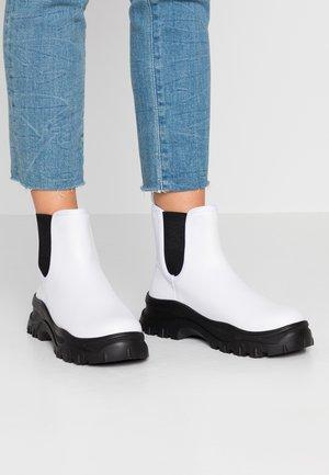 SASHA - Botines con plataforma - white/black