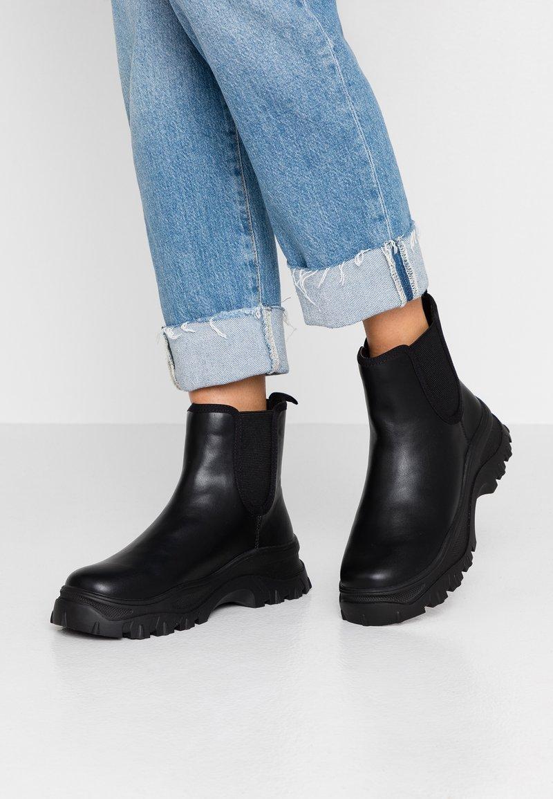 Monki - SASHA - Kotníkové boty na platformě - black