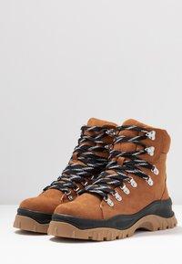 Monki - AINO - Kotníkové boty na platformě - brown - 4
