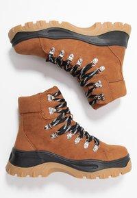 Monki - AINO - Kotníkové boty na platformě - brown - 3