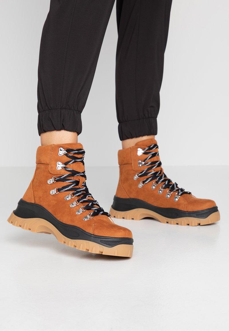 Monki - AINO - Kotníkové boty na platformě - brown