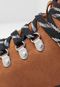 Monki - AINO - Kotníkové boty na platformě - brown - 2