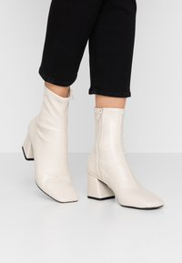Monki - LEIA BOOT - Støvletter - white dusty - 0