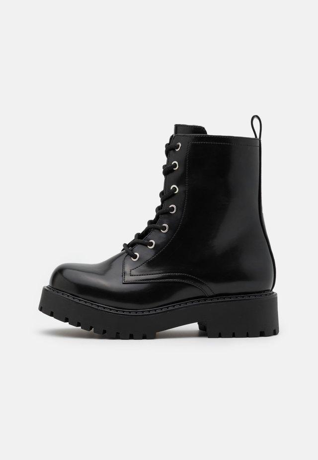 VEGAN LEANDRA BOOT - Enkellaarsjes met plateauzool - black