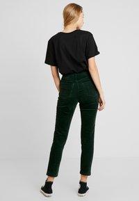 Monki - KIMMY TROUSERS - Pantaloni - green - 2