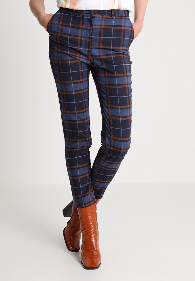 Monki - PETRA TROUSERS - Spodnie materiałowe - brown/red