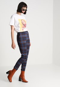 Monki - PETRA TROUSERS - Spodnie materiałowe - brown/red - 1