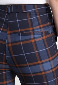 Monki - PETRA TROUSERS - Spodnie materiałowe - brown/red - 5