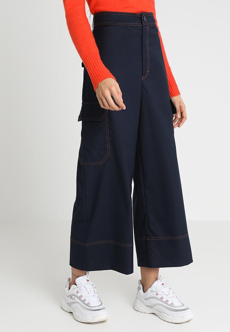 Monki - KAJSA TROUSERS - Stoffhose - blue/orange