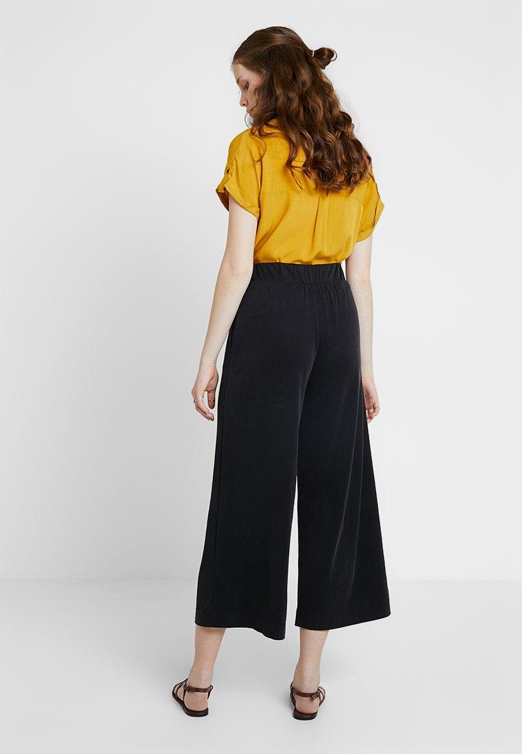 Monki CILLA FANCY TROUSERS - Spodnie materiałowe - black