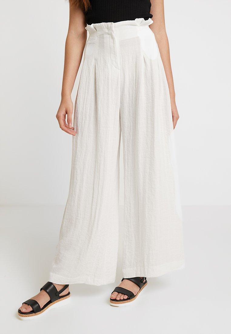Monki - ELLI TROUSERS - Pantalones - white