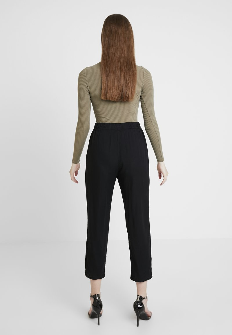 Monki - PALEY TROUSERS - Stoffhose - black