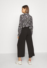 Monki - CILLA TROUSERS - Pantalones - black dark - 2