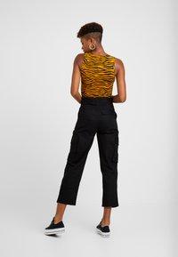 Monki - CAILYN TROUSERS - Pantaloni - black dark solid - 2