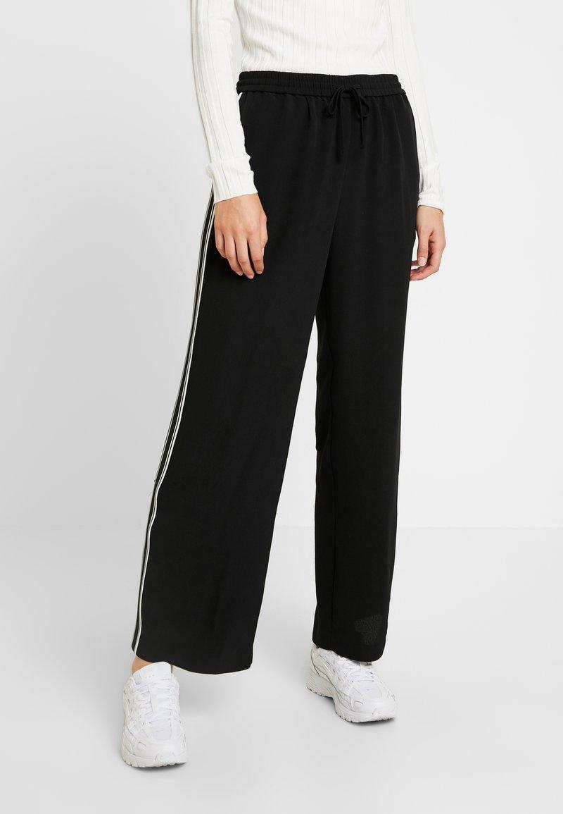 Monki - HELIA TROUSERS - Pantalon classique - black/white