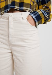 Monki - NILLA TROUSERS - Pantaloni - white/ beige - 4