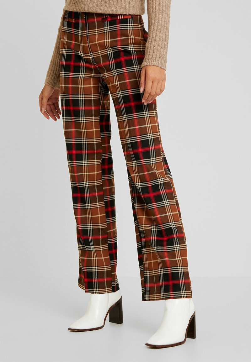 Monki - STACY TROUSERS - Stoffhose - brown medium dusty