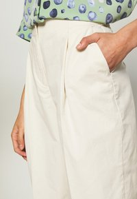 Monki - MONA TROUSERS - Bukse - white