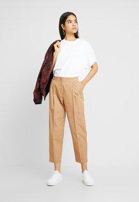 Monki - MONA TROUSERS - Pantalon classique - dark beige - 2