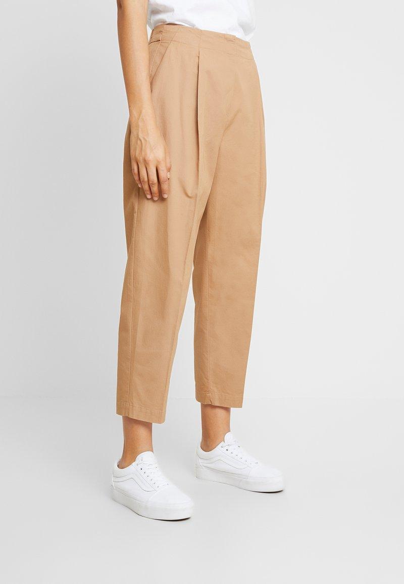 Monki - MONA TROUSERS - Pantalon classique - dark beige