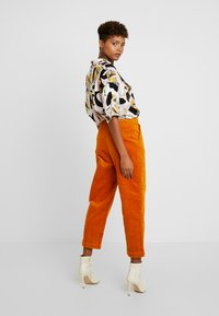 Monki - MONICA TROUSERS - Pantalon classique - yellow dark - 3