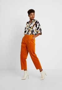 Monki - MONICA TROUSERS - Pantalon classique - yellow dark - 2