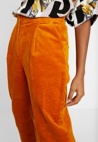 Monki - MONICA TROUSERS - Pantalon classique - yellow dark - 4