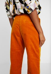 Monki - MONICA TROUSERS - Pantalon classique - yellow dark - 6