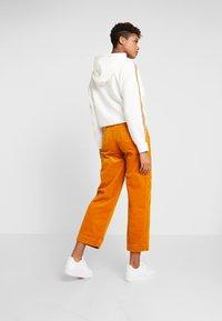 Monki - NILLA TROUSERS - Pantalones - mustard - 2