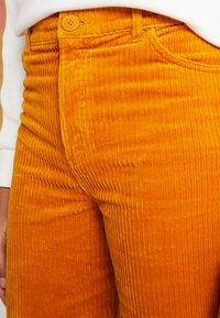 Monki - NILLA TROUSERS - Pantalones - mustard - 4