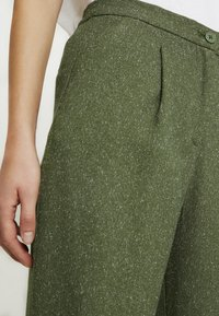 Monki - TARJA TROUSERS - Chinot - green medium dusty/salt - 5