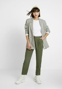 Monki - TARJA TROUSERS - Chinot - green medium dusty/salt - 2