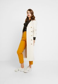 Monki - YOSSAN URGENT - Broek - yellow dark - 1
