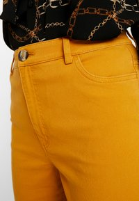 Monki - YOSSAN URGENT - Broek - yellow dark - 4