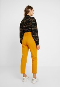 Monki - YOSSAN URGENT - Broek - yellow dark - 2