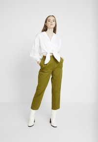 Monki - JAINEY TROUSERS - Bukse - green - 2