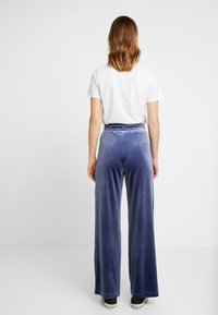 Monki - QARLA TROUSERS - Kangashousut - blue