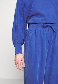 Monki - TAVI TROUSERS - Pantaloni - blue - 4
