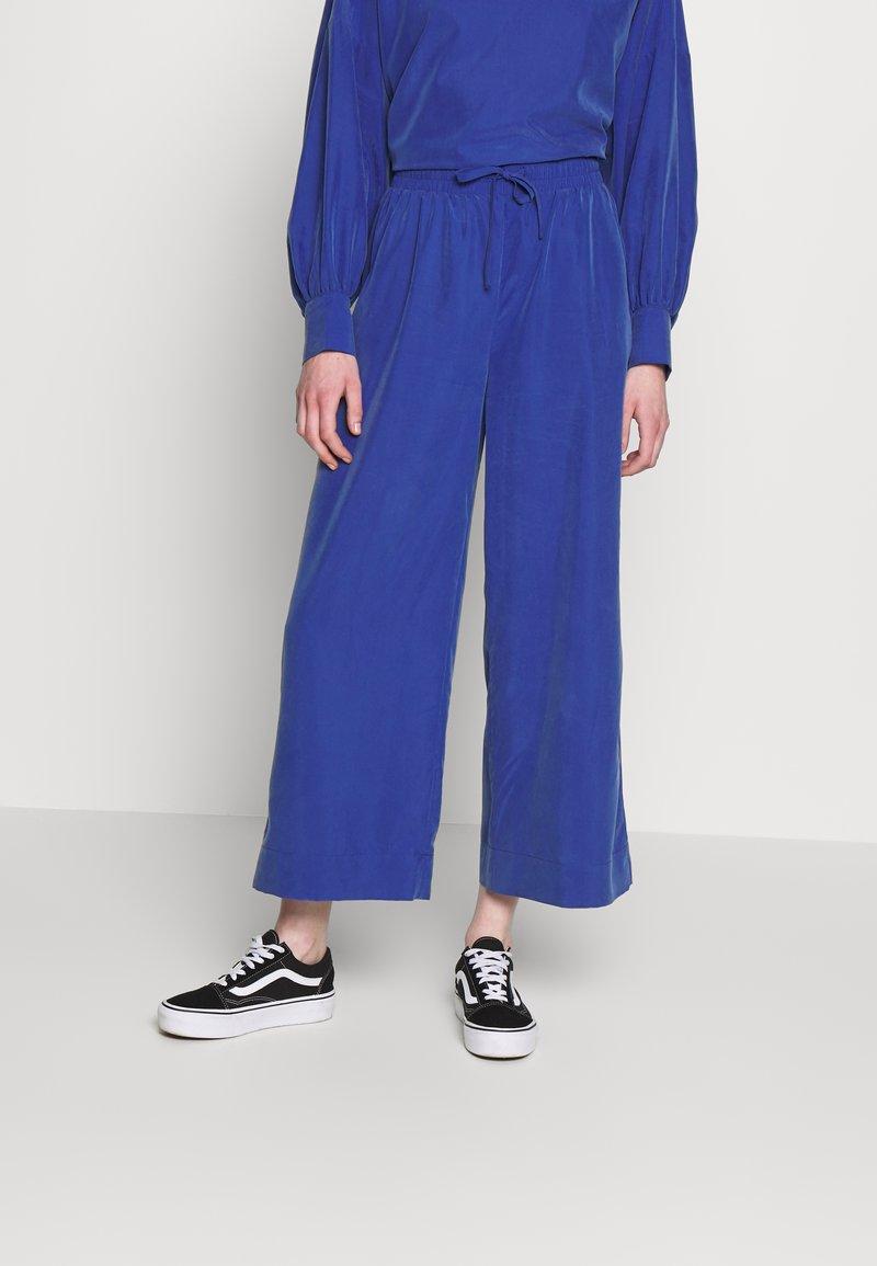 Monki - TAVI TROUSERS - Pantaloni - blue
