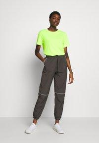 Monki - CINA WINDPANTS - Teplákové kalhoty - grey - 1
