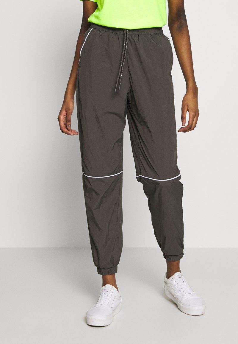 Monki - CINA WINDPANTS - Teplákové kalhoty - grey
