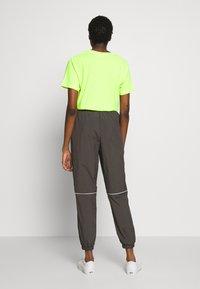 Monki - CINA WINDPANTS - Teplákové kalhoty - grey - 2