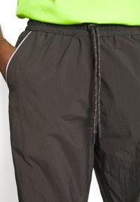Monki - CINA WINDPANTS - Teplákové kalhoty - grey - 5