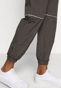 Monki - CINA WINDPANTS - Teplákové kalhoty - grey - 3