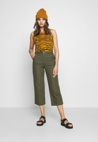 Monki - MABEL TROUSERS - Bukse - khaki - 1