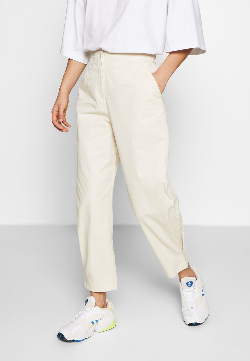 Monki - MARISSA TROUSERS - Bukse - white dusty light