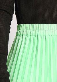 Monki - LAURA PLISSÉ SKIRT - A-line skjørt - green bright - 4